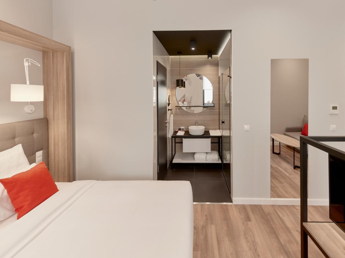 Bathroom of Superior with sofa - Up Hotel Budapest